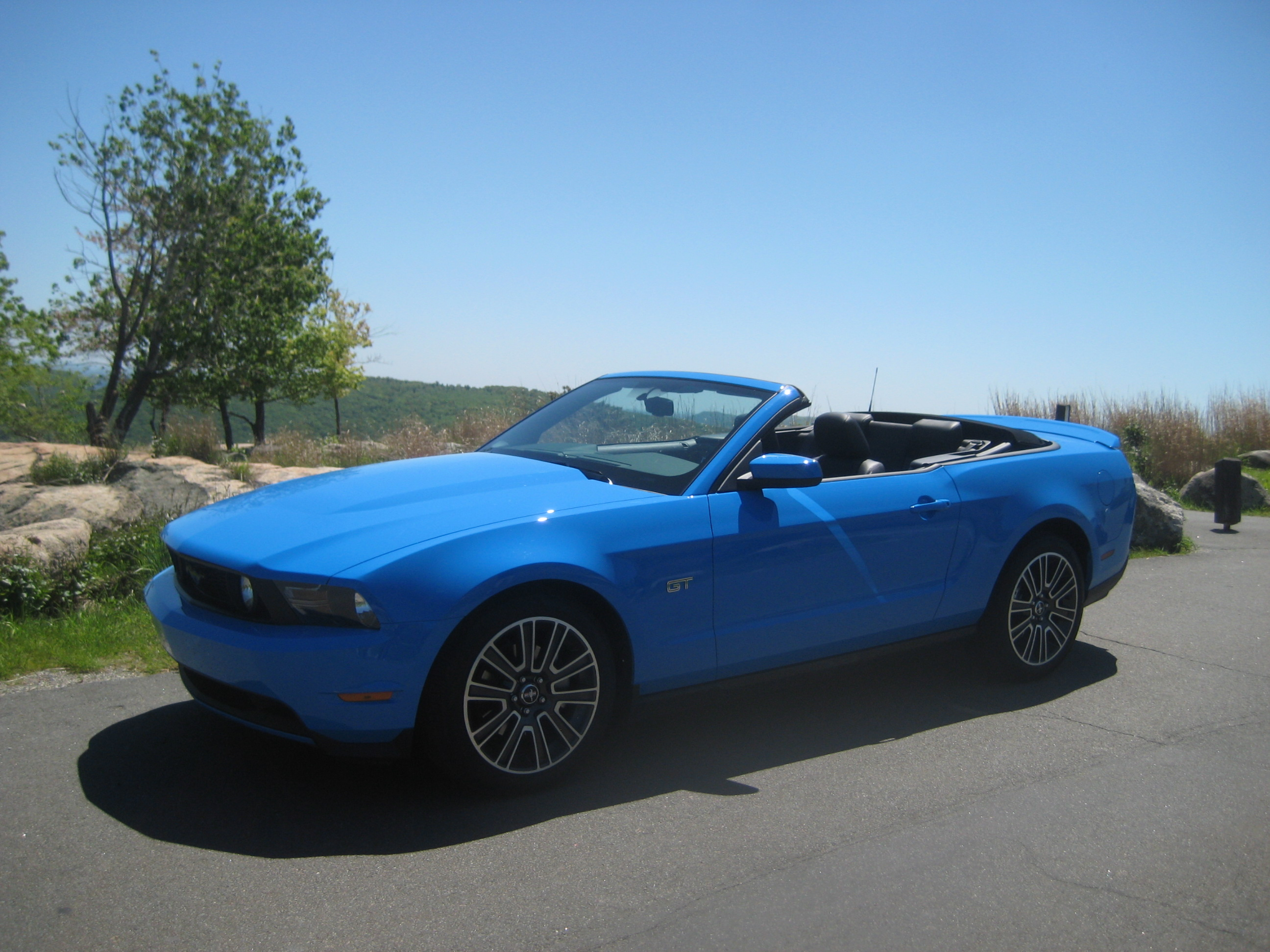 2010 ford mustang gt convertible first drive autosavant. Black Bedroom Furniture Sets. Home Design Ideas