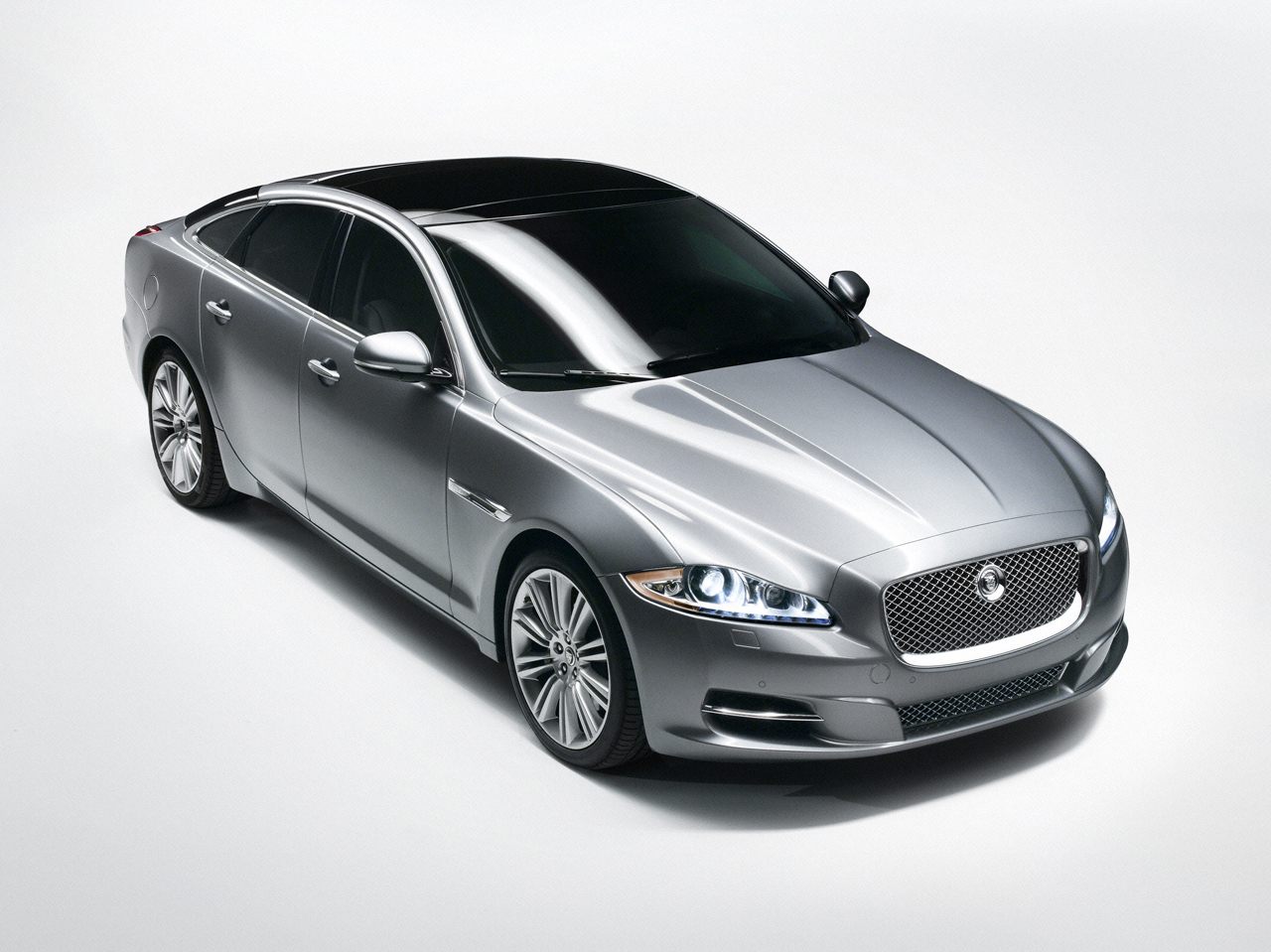 2011 jaguar xj makes its debut autosavant autosavant. Black Bedroom Furniture Sets. Home Design Ideas
